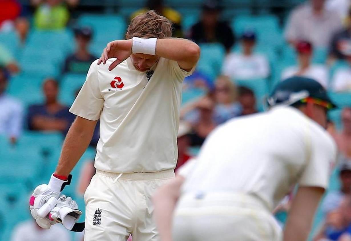 Cricket - Ashes test match - Australia v England - SCG, Sydney, Australia, January 8, 2018. England's captain Joe Root wipes his forehead during the fifth day of the fifth Ashes cricket test match. REUTERS/David Gray