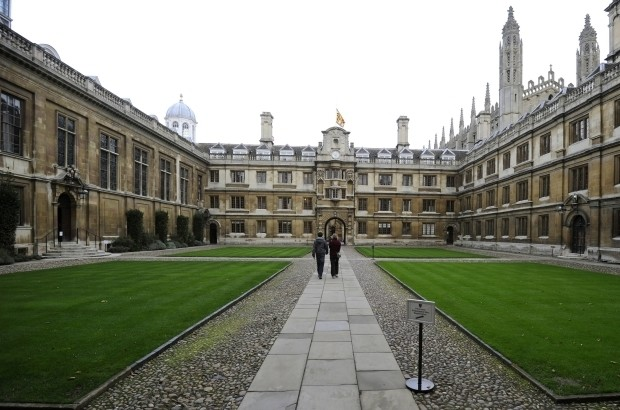 People walk through Clare College at Cambridge University in eastern England October 23, 2010. REUTERS/Paul Hackett (BRITAIN - Tags: EDUCATION) - RTXTSHB