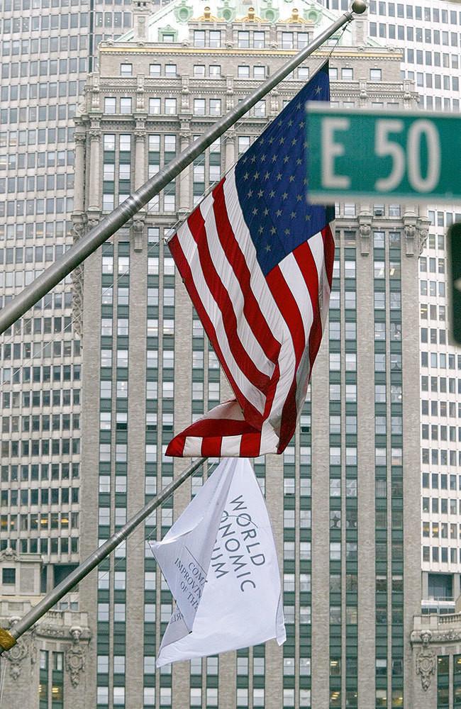 Le drapeau du Forum Économique Mondial flotte sur le lieu de la réunion.
