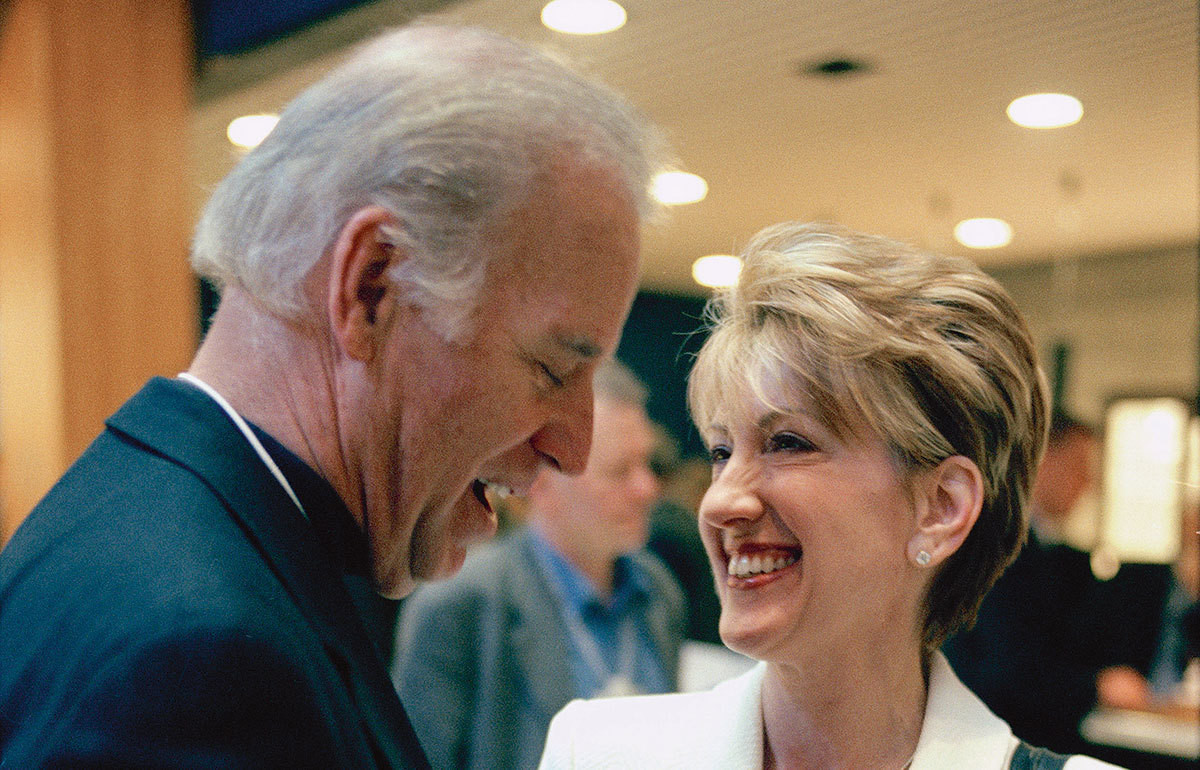Joe Biden, alors sénateur démocrate du Delaware ; Carly Fiorina, DG et présidente du conseil d'administration, HP.