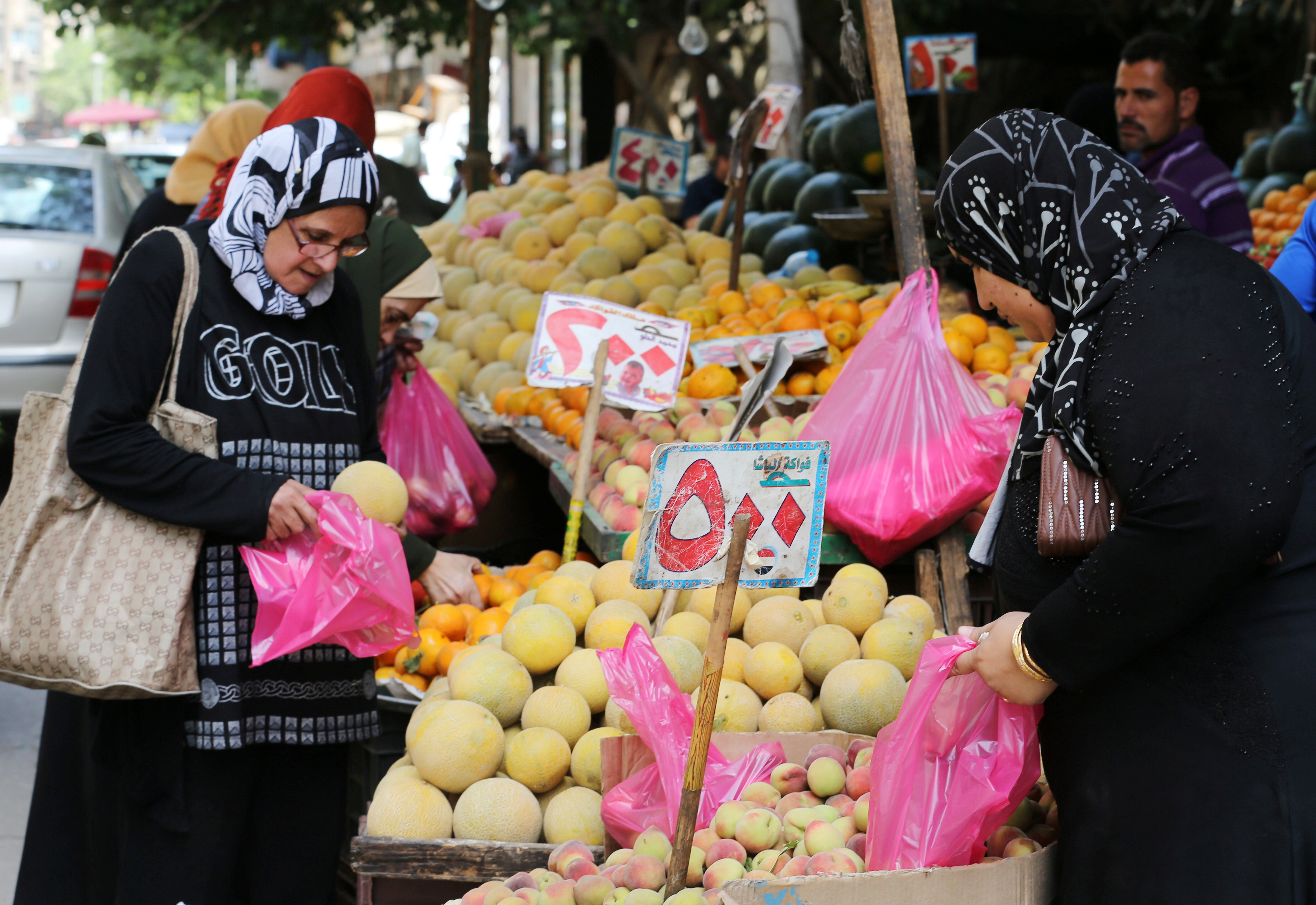 Egyptian women shop at a vegetable market in Cairo, Egypt May 10, 2016. REUTERS/Mohamed Abd El Ghany - RTX2DMZ3
