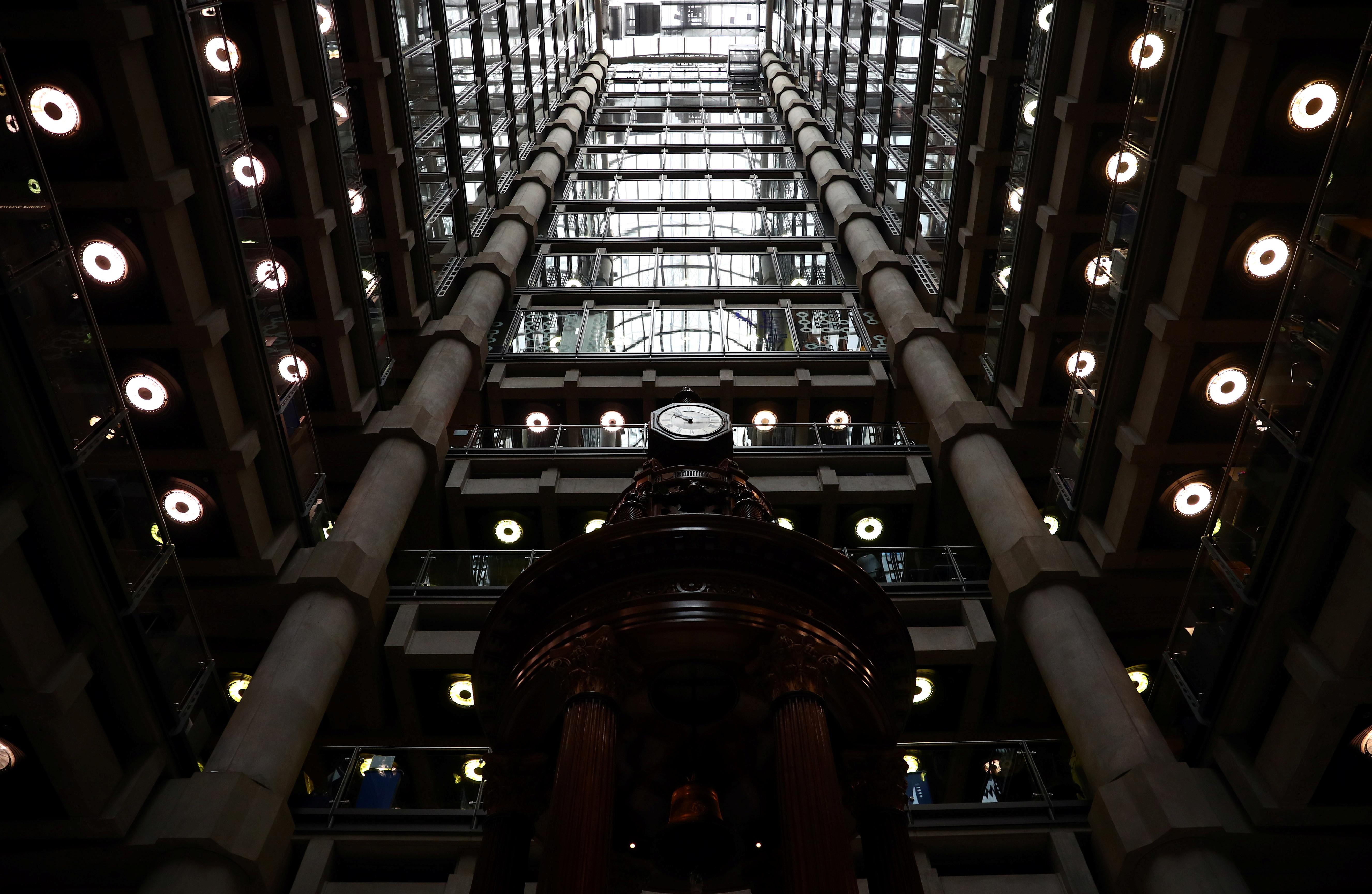 Lloyd 's of London 건물의 내부는 2019 년 4 월 16 일 영국 런던의 City of London 금융 지구에서 볼 수 있습니다. 사진 촬영 : 2019 년 4 월 16 일. REUTERS / Hannah McKay-RC13117E4A60