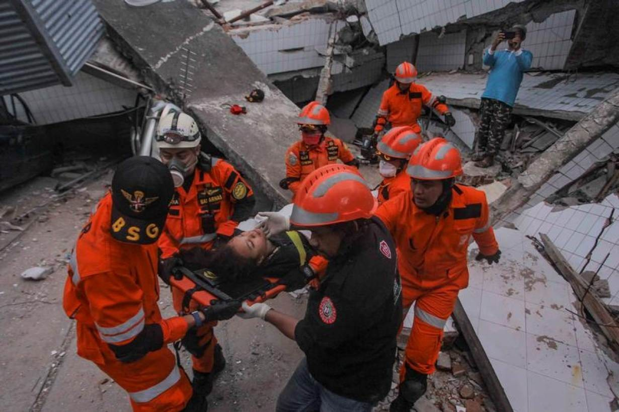 Search and rescue workers evacuate an earthquake and tsunami survivor trapped in a collapsed restaurant, Palu, Central Sulawesi, Indonesia September 30, 2018 in this photo taken by Antara Foto