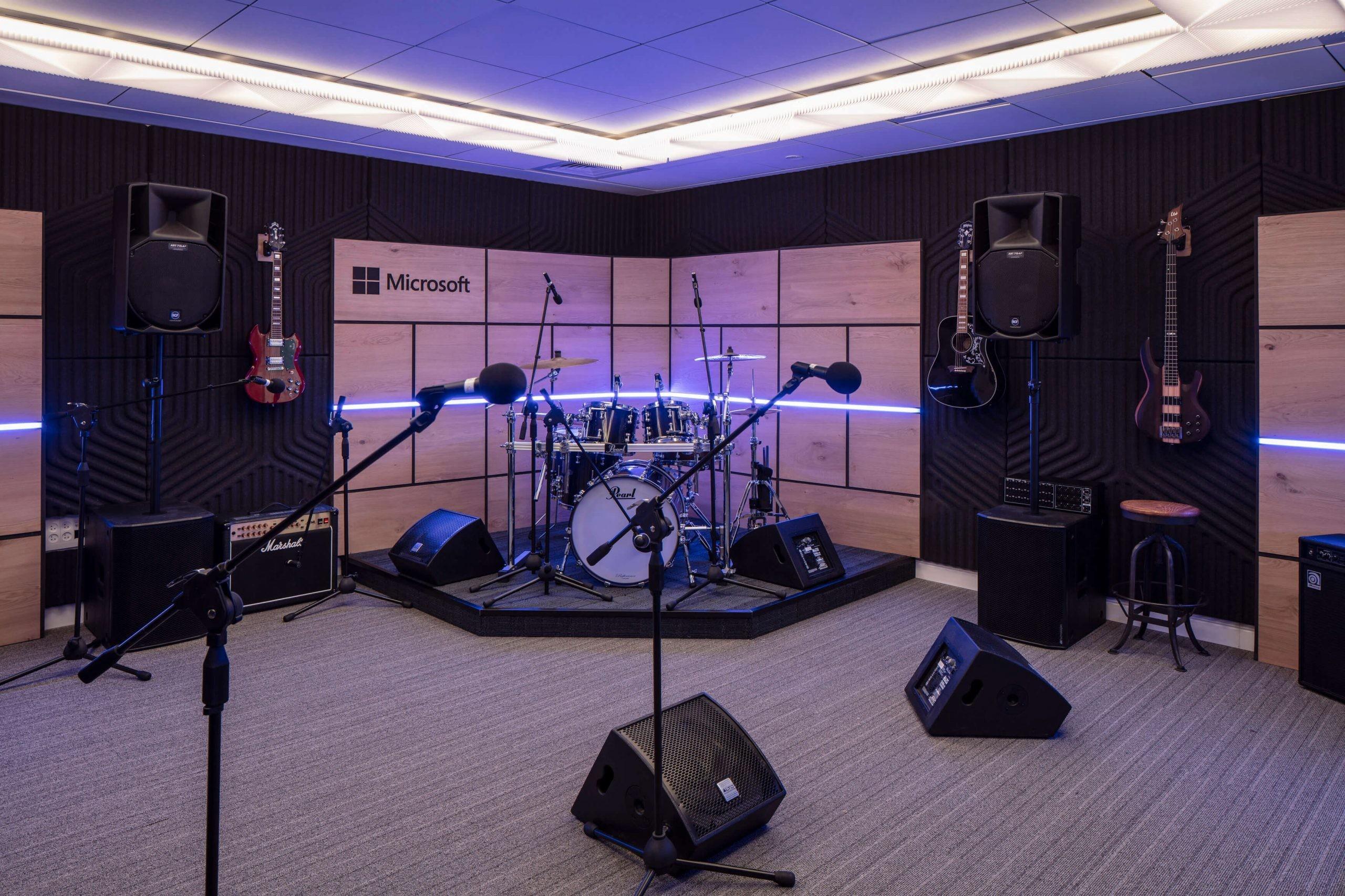 마이크, 악기 및 스피커가 설치된 음악실