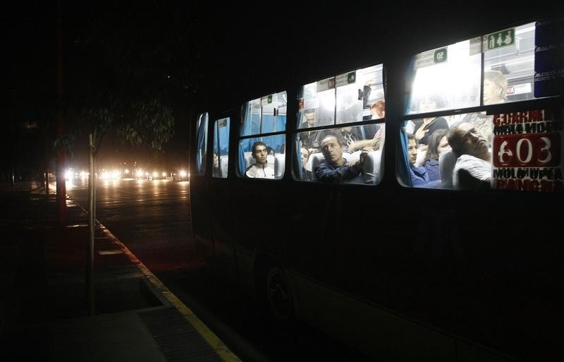 People ride a bus during a blackout  in Vina del Mar city, about 75 miles (121 km) northwest of Santiago, March 14, 2010. Cities throughout Chile were without power on Sunday evening due to a problem with one of the country's main power grids, according to witnesses and local media. REUTERS/Eliseo Fernandez (BUSINESS ENERGY IMAGES OF THE DAY) - GM1E63F0POK01