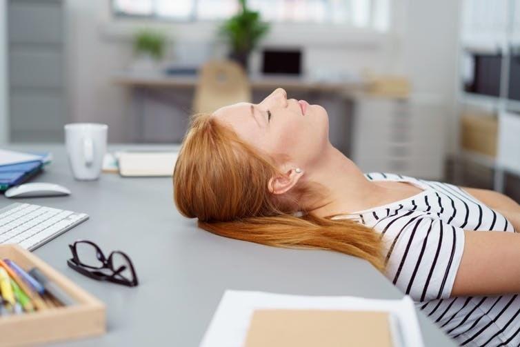 Si les employés sont tenus d'être disponibles après les heures de travail, ils devraient également être autorisés à dormir au travail.