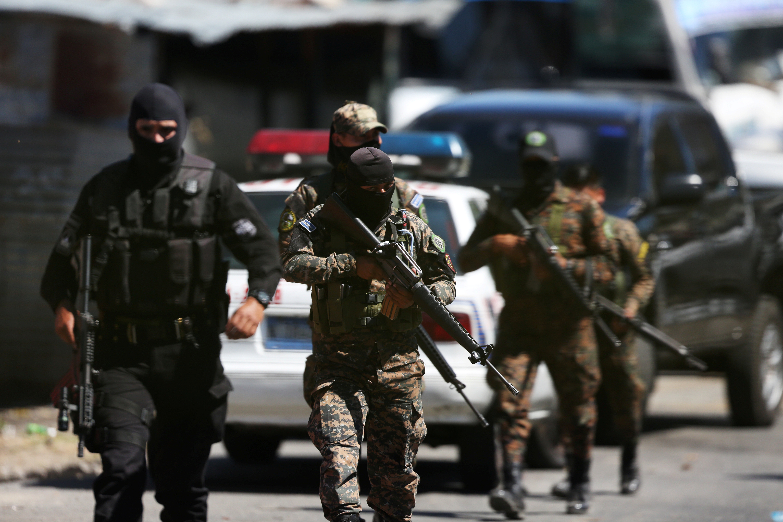 Des officiers de police et des soldats de l'armée sécurisent une zone après une scène de violence entre gangs à San Salvador, février 2018.