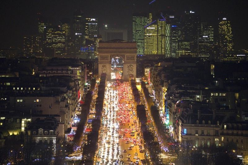 General view of the Champs Elysees Avenue as rush hour traffic fills the avenue leading up to the Arc de Triomphe, in Paris, France, December 28, 2015.  REUTERS/Charles Platiau  - LR2EBCS1F4UE2