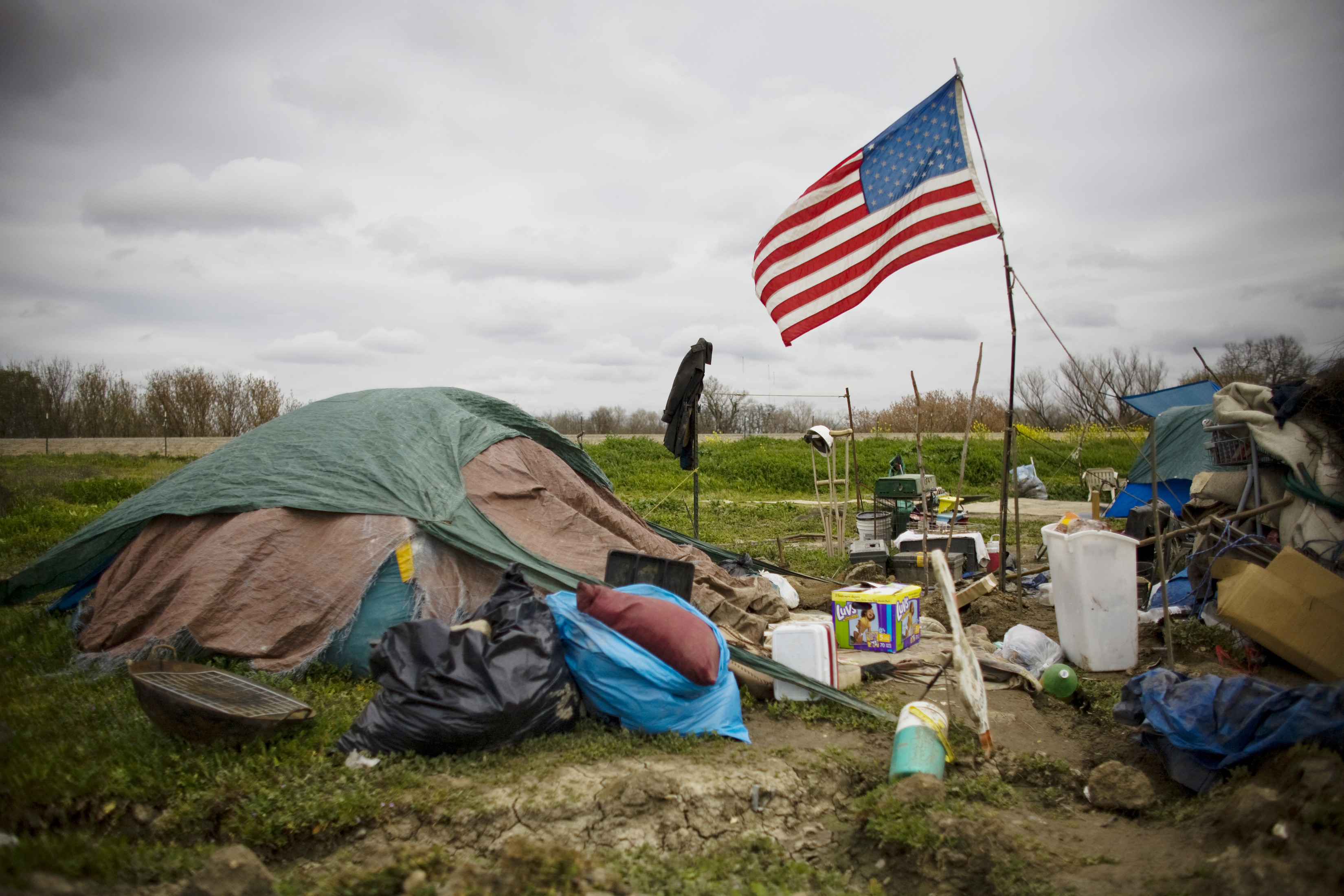 A campsite at a homeless tent city in Sacramento California March 15, 2009. Sacramento's tent city has seen an increase in population as unemployment numbers grow in the US. REUTERS/ Max Whittaker  (UNITED STATES SOCIETY BUSINESS) - GF2E53H1GHI01