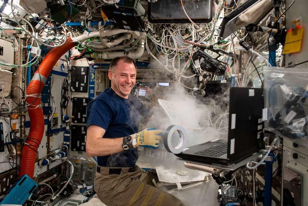 L'astronaute Nick Hague réalisant une expérience à bord de l'ISS.