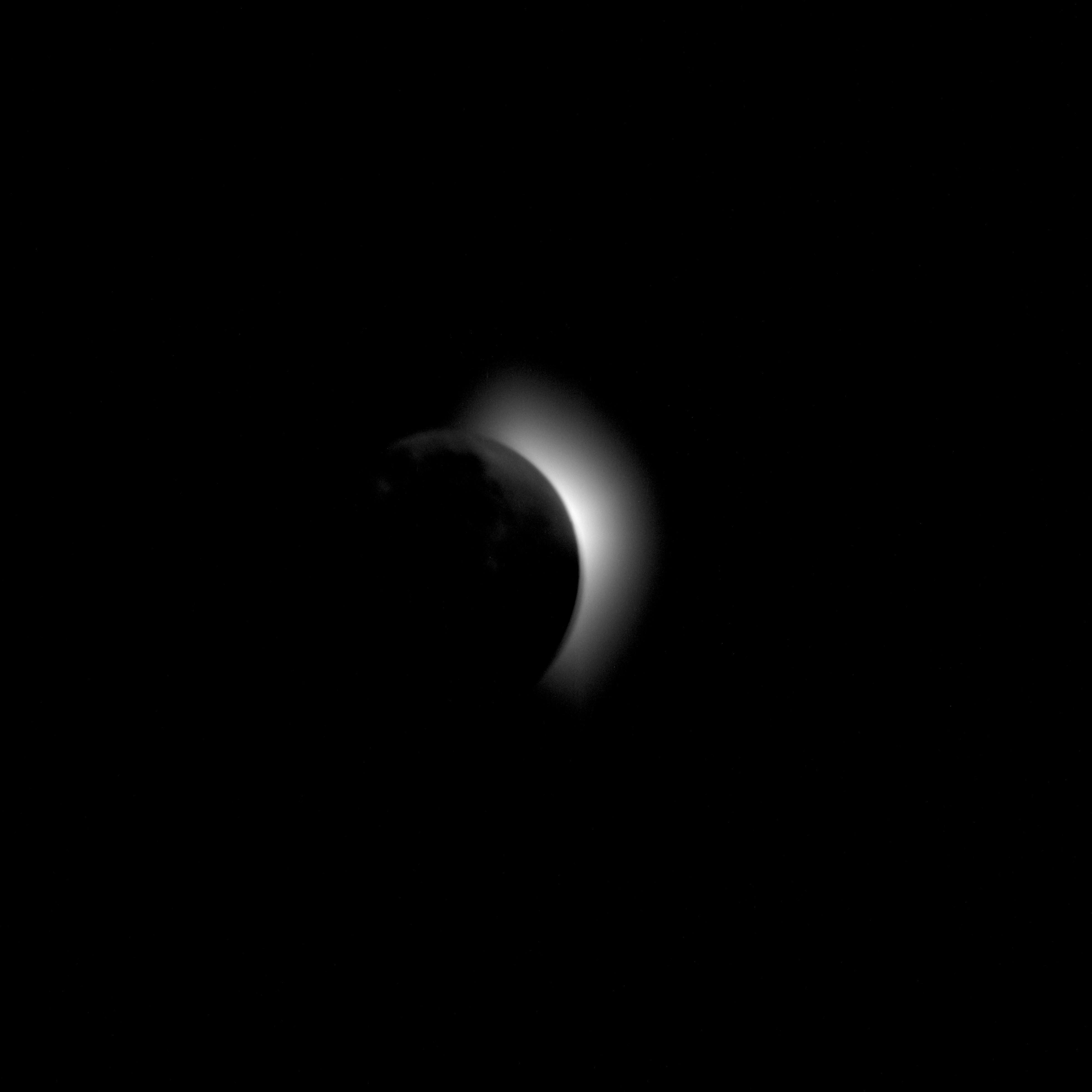 AS11-42-6179 (19 июля 1969 г.) --- Эта фотография солнечной короны была сделана с космического корабля Apollo 11 во время транс-лунного побережья и до выхода на лунную орбиту.  Луна - это темный диск между космическим кораблем и солнцем.