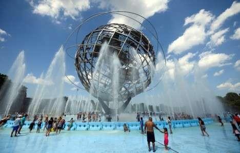 Des New-Yorkais se rafraîchissent à la fontaine Unisphere du Corona Park de Flushing Meadow, dans le quartier du Queens, le 21 juillet 2019.