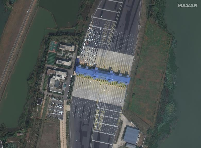 SEBELUM: Plaza tol, Wuhan, Cina, 17 Oktober 2019. Citra satelit 2020 Maxar Technologies / Handout via REUTERS