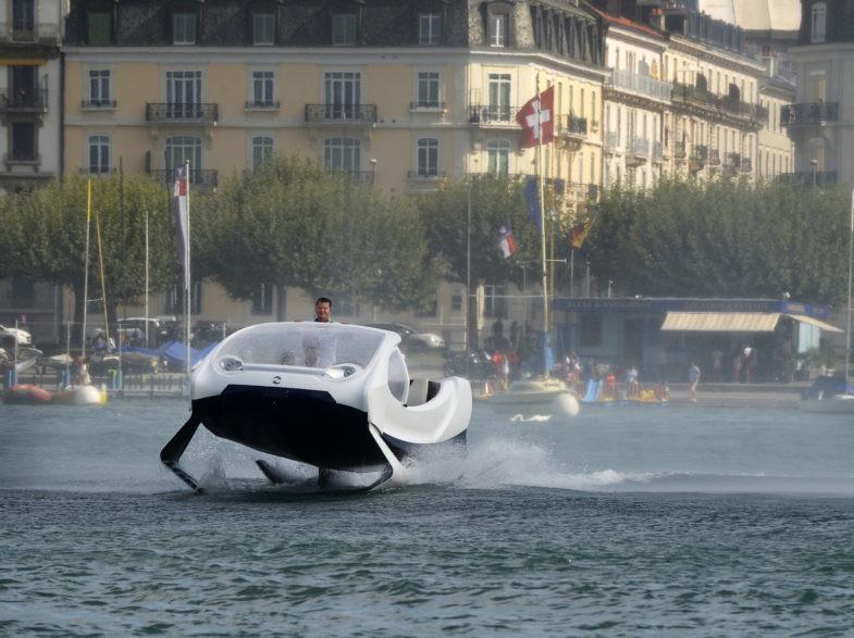 Le SeaBubbles sur les rives de Geneve en Suisse.Les concepteurs du SeaBubble naviguent avec leur engin qui pourrait une revolution deans le monde du transport.Mi voiture, mi bateau, mi avion, Alain Thebault raconte que son projet sera le moyen de transporter rapideent et sans aucune polution dans nos fleuves et lacs du monde.