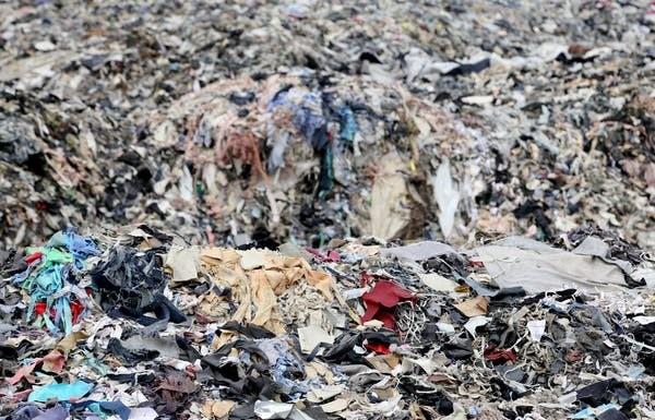 Un dépotoir de vêtements au Bangladesh. L'Asie du Sud-Est est l'un des endroits les plus pollués par l'industrie du textile.