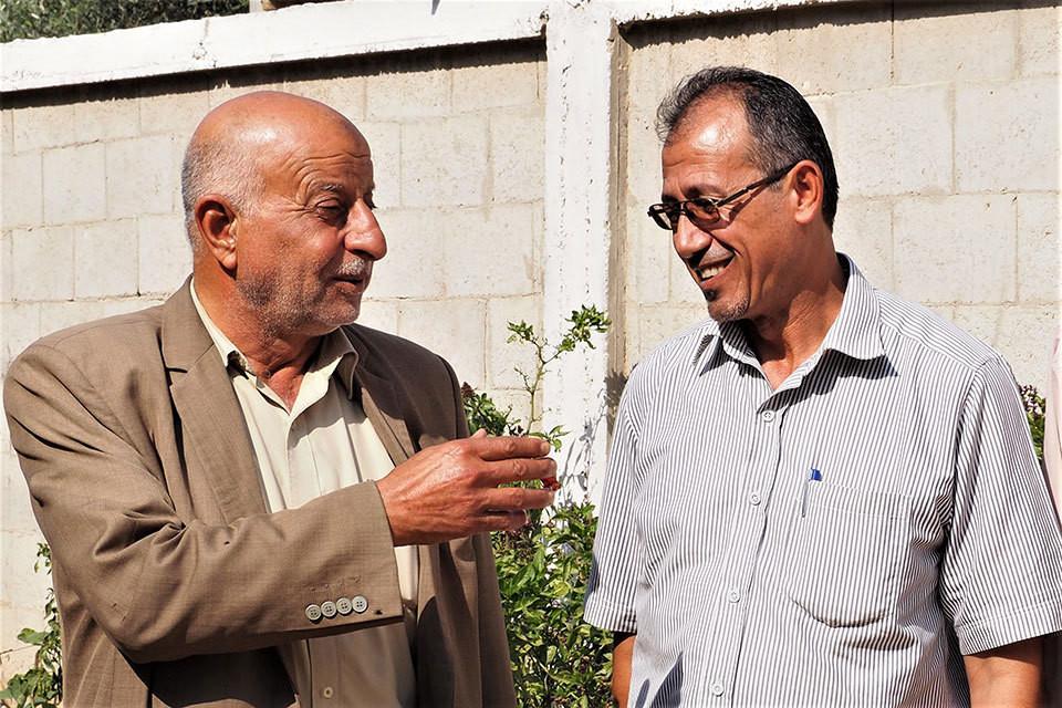 M. Abdel Naser Abu Te'ema, le « mukhtar » (à gauche) et M. Wael Abu Ismael parlant de la décision du mukhtar de ne pas approuver le mariage des adolescents, filles et garçons, de moins de 18 ans.