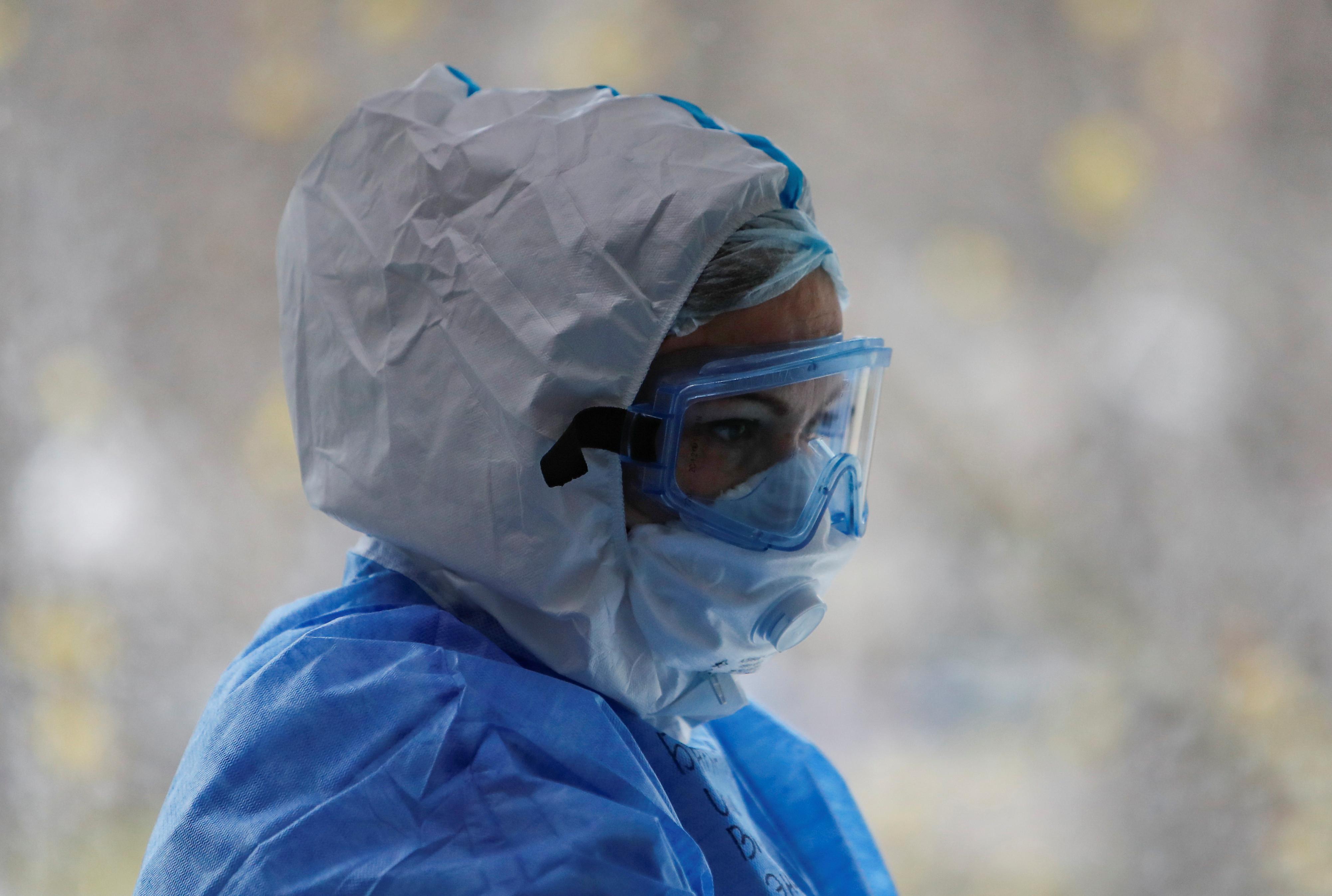 Le docteur Irina Barkhatova portant un équipement de protection individuelle (EPI) dans l'unité de soins intensifs (USI) dans un hôpital de Moscou, Russie
