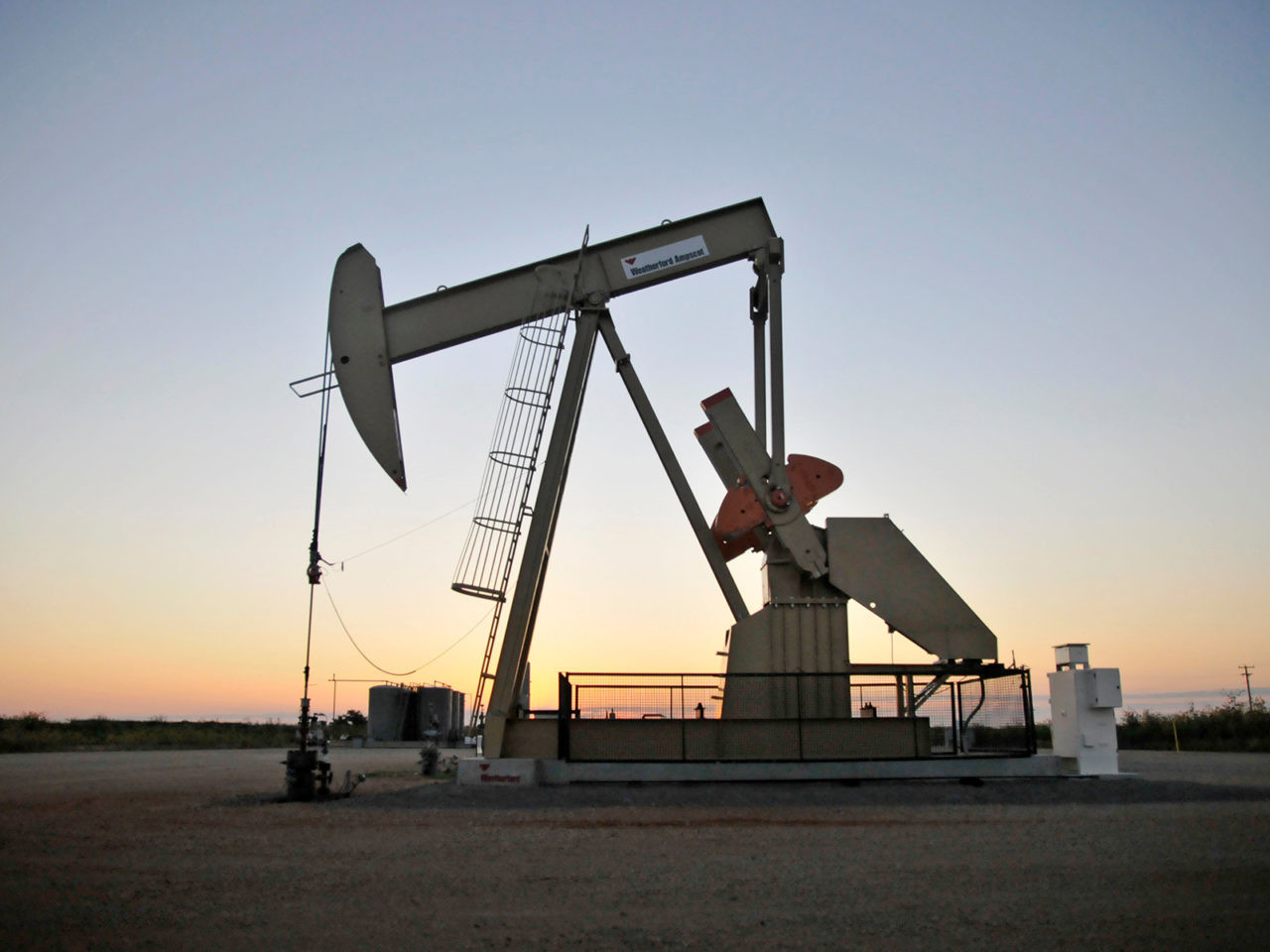 A pump jack operates at a well site leased by Devon Energy Production Company near Guthrie, Oklahoma September 15, 2015.    REUTERS/Nick Oxford - TM3EB9F0WO901