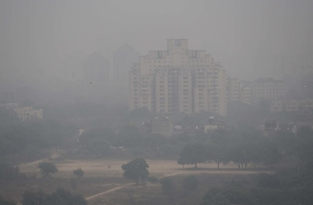 GURGAON, INDIA - DECEMBER 4: Heavy smog engulfed the city that made commuting difficult as visibility was less than 50 meters, on December 4, 2017 in Gurgaon, India. Air quality remained very poor with air quality index at 320, which agencies consider unfit for inhalation even by healthy people. The minimum temperature was recorded at 10 degree Celsius and maximum was recorded at 23 degree Celsius. Smog thickened in the evening as number of vehicles increased on the roads when people rushed home. (Photo by Sanjeev Verma/Hindustan Times via Getty Images)