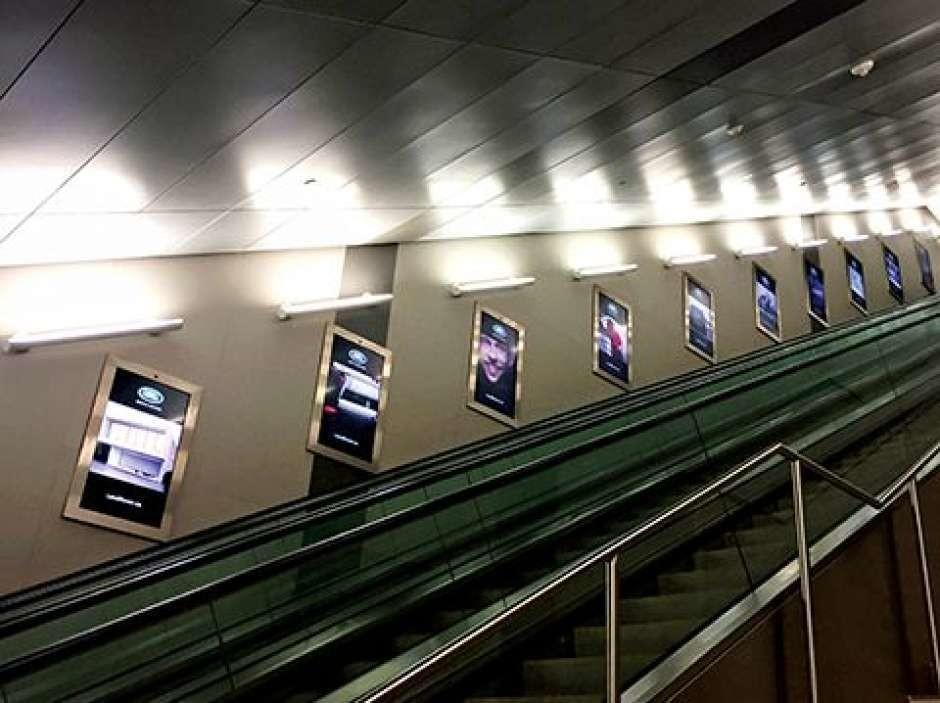 En 2016, une quarantaine de panneaux publicitaires numériques ont été installés le long d'un tunnel menant à l'aéroport Billy Bishop de Toronto, au Canada. Équipés de caméras et d'un logiciel de reconnaissance faciale, ils peuvent déterminer le sexe et l'âge de la personne qui les regarde et mesurent la durée pendant laquelle elle fixe l'écran.