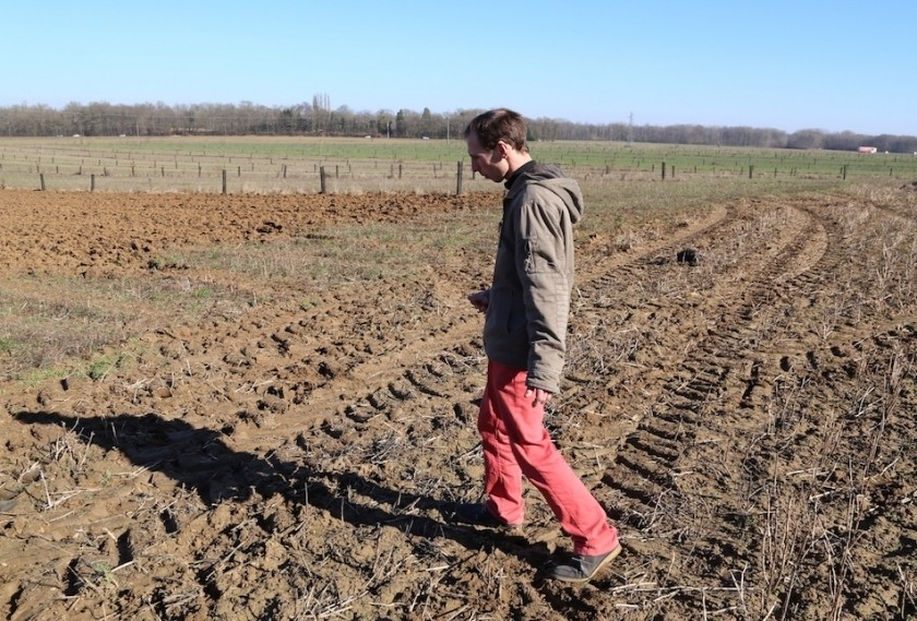 Rémi Seingier dans sa ferme de Lumigny.