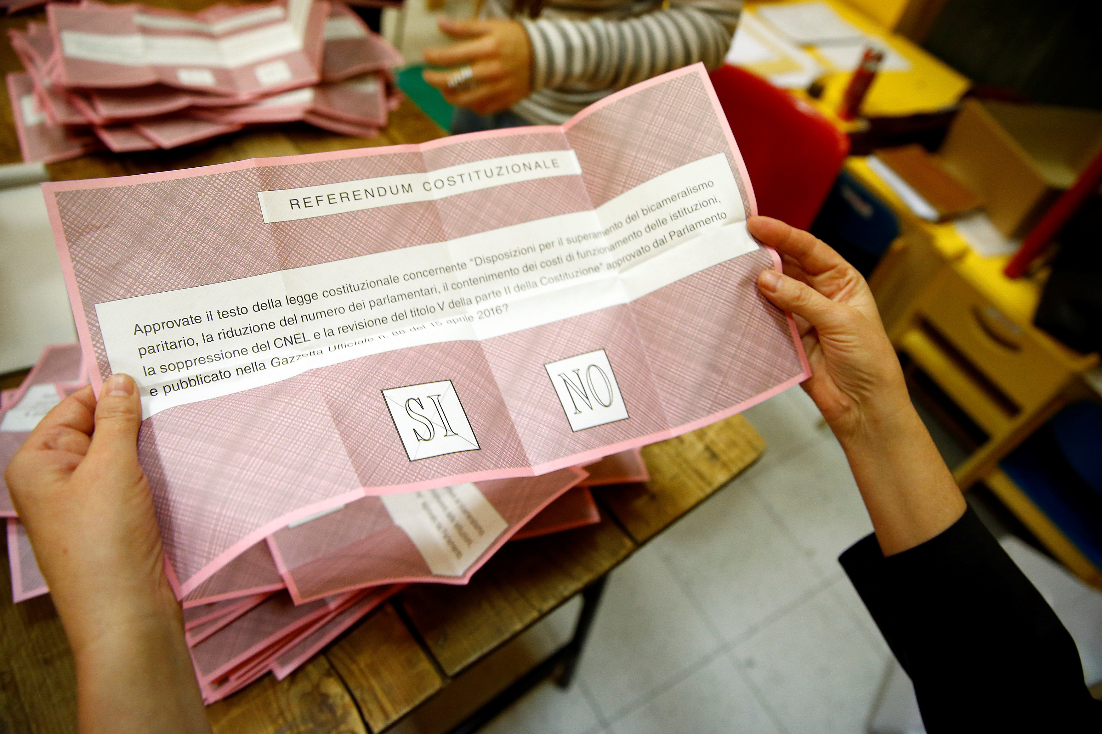 A volunteer counts ballots for a referendum on constitutional reform at a polling station in Rome, Italy, December 4, 2016. REUTERS/Tony Gentile - RTSUMSI