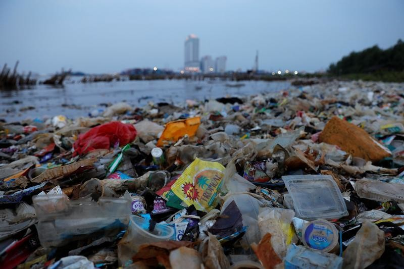 Rubbish, most of which is plastics, is seen along a shoreline in Jakarta, Indonesia, June 21, 2019. REUTERS/Willy Kurniawan - RC18CF817510