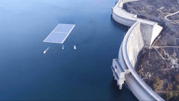 Panneaux photovoltaïques flottants installés sur le réservoir d'eau du barrage du Alto Rabagão.