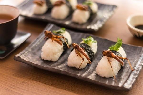 Les sushis servis avec des sauterelles frites sont populaires en Thaïlande.