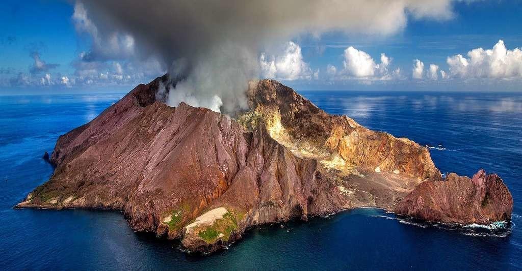 Selon les résultats de dix années d'études, depuis 100 ans environ, les émissions dans l'atmosphère de CO2 d'origine anthropique ont été 40 à 100 fois supérieures à celles provenant de sources géologiques telles que les volcans.