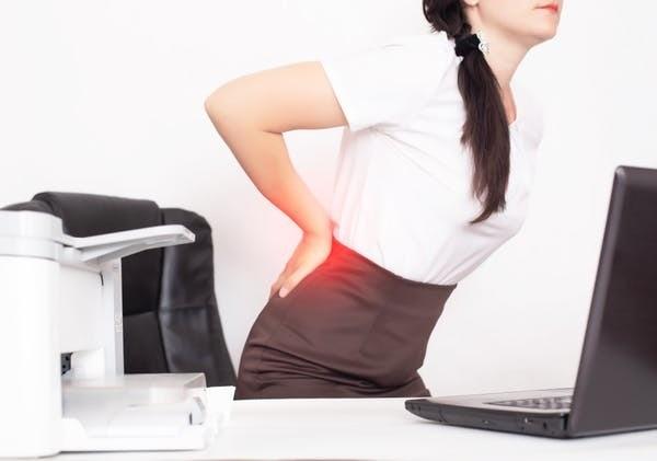 Les problèmes de dos ne dissuadent pas les individus de venir au travail.