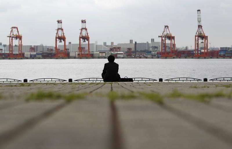 Бизнесменът седи близо до товарното пространство в пристанище в Токио на 19 април 2012 г. Японският износ се повиши през март от година по-рано за първи път от шест месеца, главно поради силните продажби в САЩ, но високият внос на гориво бутна търговския баланс обратно в дефицит и производителите остават предпазливи по отношение на бизнеса през следващите месеци.  REUTERS / Toru Hanai (Япония - Tags: BUSINESS) - RTR30XD8