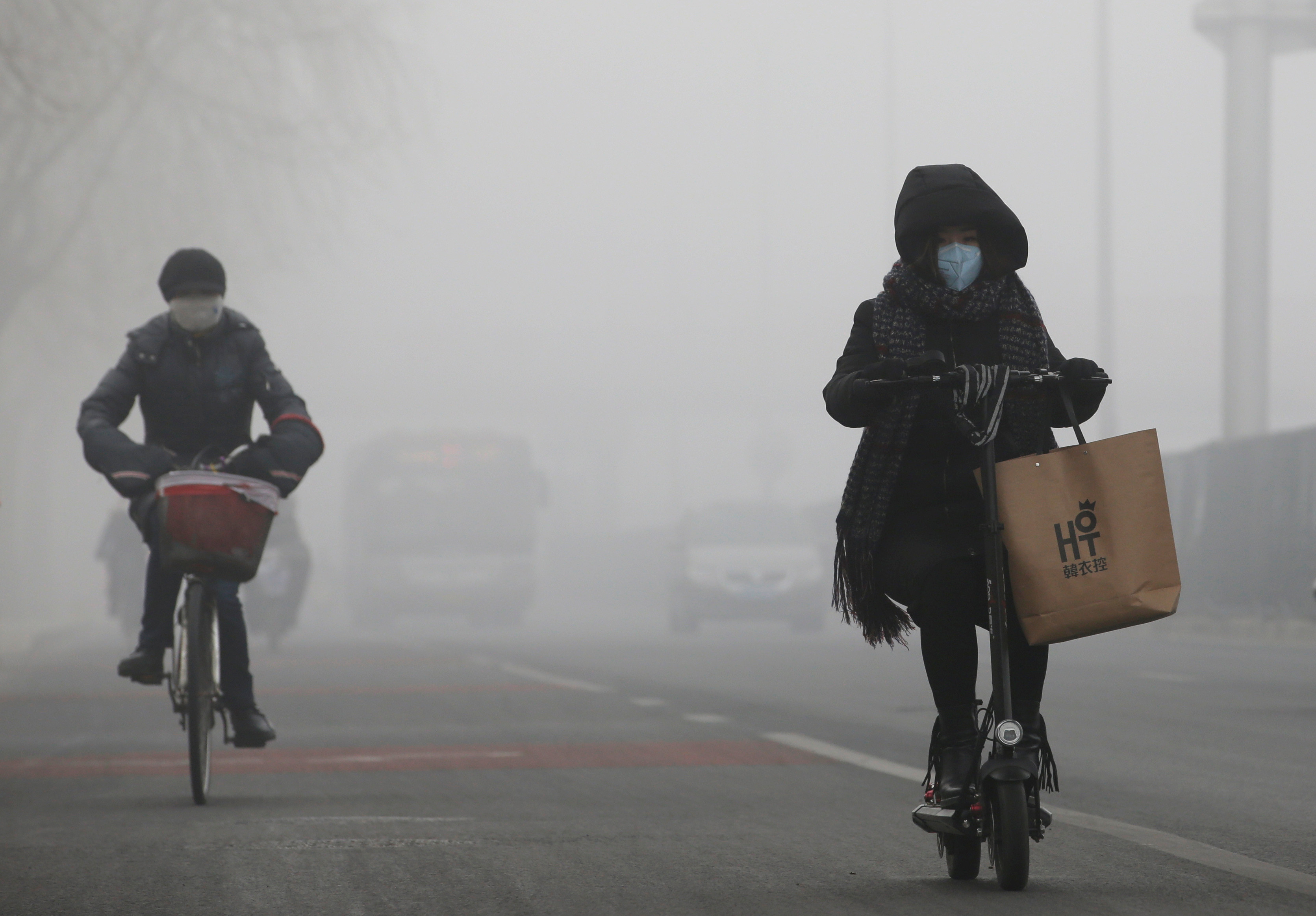 People ride amid the smog in Beijing, China, February 14, 2017. REUTERS/Jason Lee - RTSYJAS