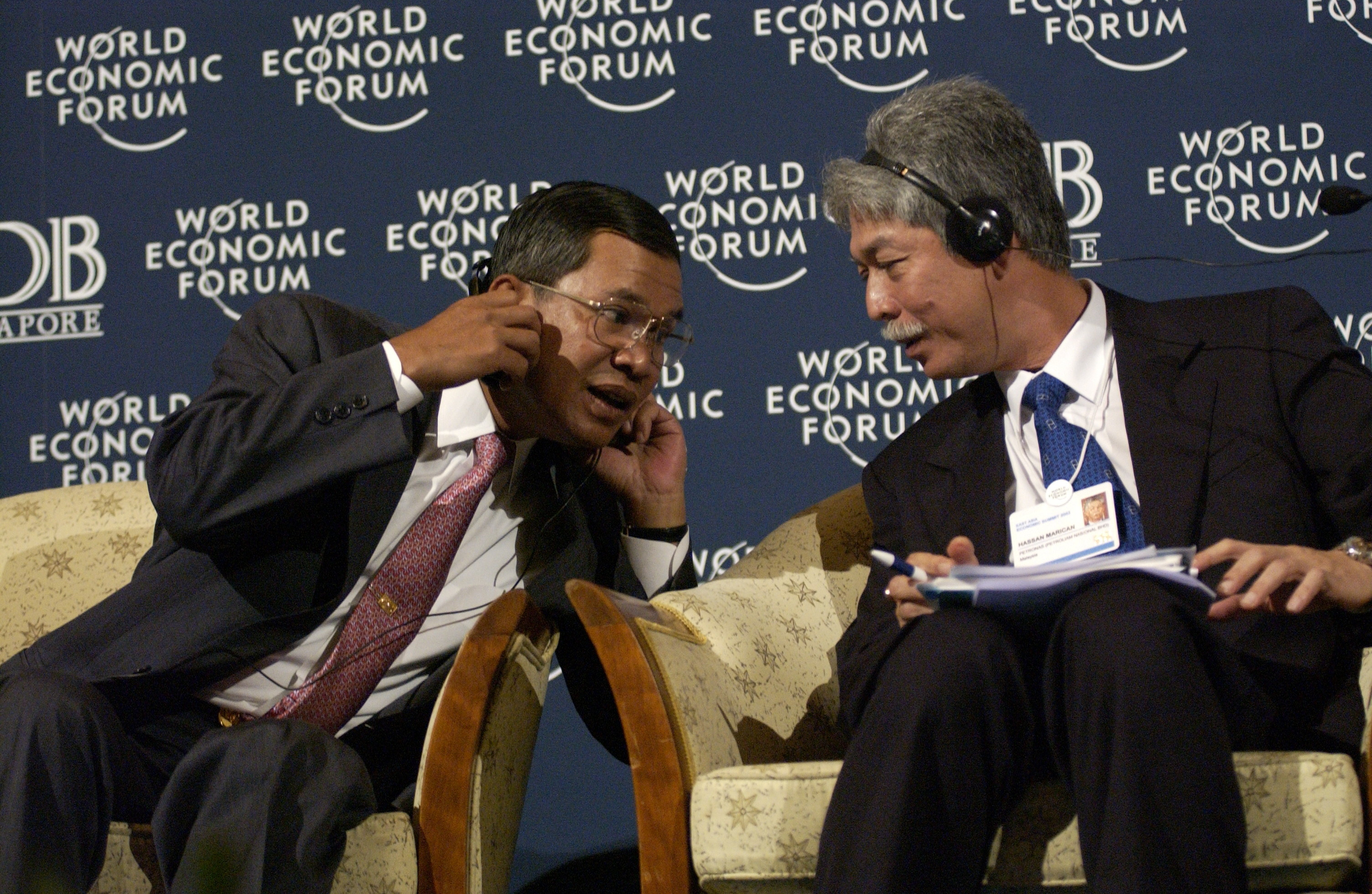 """Samdech Techo Hun Sen, Prime Minister of Cambodia, having a discussion with Hassan Marican, President and Chief Executive Officer, Petronas at the """"ASEAN in a Changing Global Order""""."""