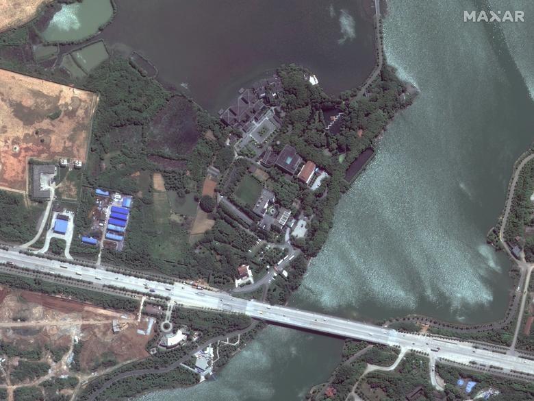 SEBELUM: Rumah Sakit Huoshenshan, Wuhan, Tiongkok, 28 April 2017. Satelit image 2020 Maxar Technologies / Handout via REUTERS
