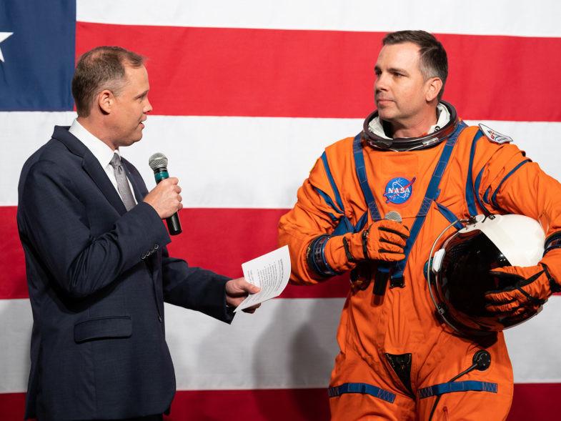 Jim Bridenstine, administrateur de la NASA, et Dustin Gohmert, directeur du projet Orion Crew Survival Systems au Johnson Space Center de la NASA lors de la présentation des nouvelles combinaisons spatiales de la NASA, le 15 octobre 2019.