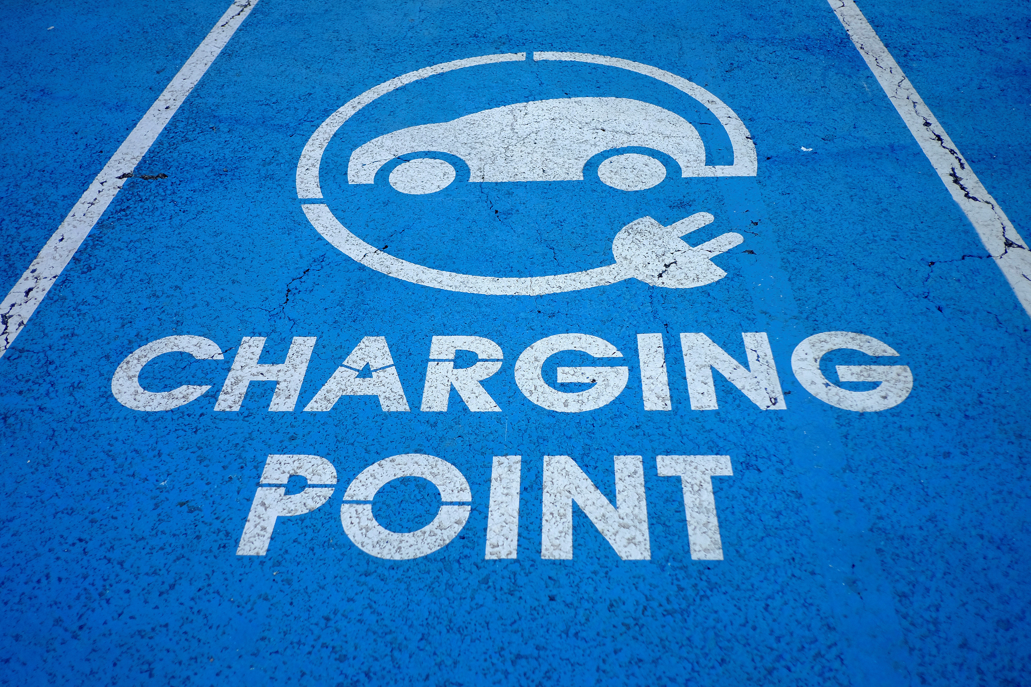 An Electric car charging point is seen at the Eurotunnel terminal in Calais, France, October 12, 2016. REUTERS/Phil Noble - RTX2R69D
