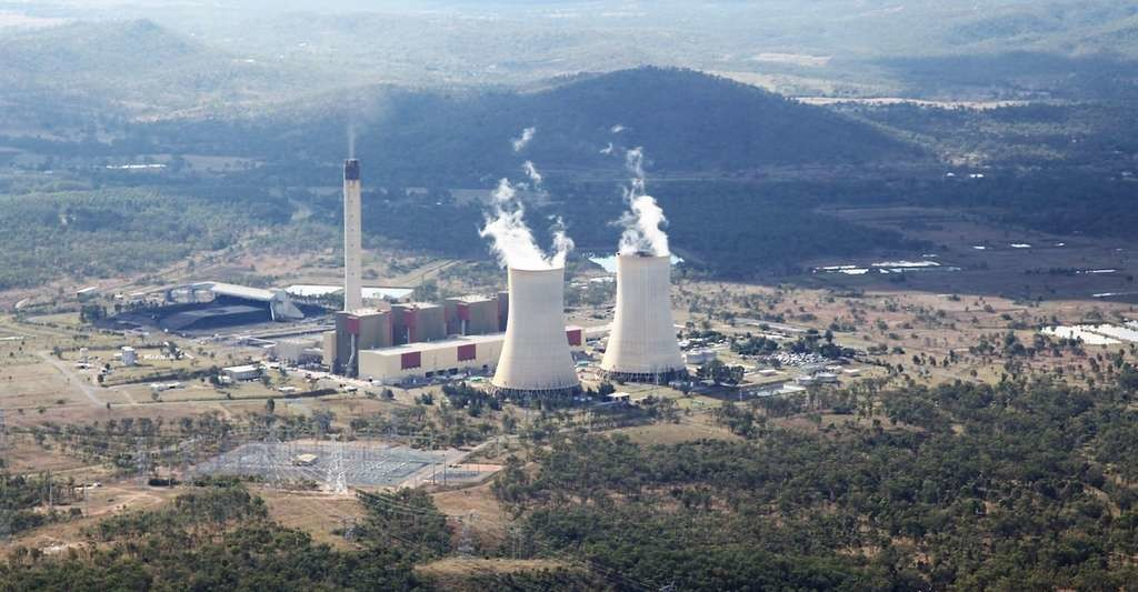 Les cheminées des centrales à charbon émettent des particules ultrafines à quelque 200 ou 300 mètres de hauteur. Elles sont ensuite répandues sur plusieurs centaines de kilomètres à la ronde, en fonction des conditions météorologiques. Ici, une vue de la centrale thermique de Stanwell (Australie) depuis l'avion de recherche utilisé par les chercheurs pour mener à bien leurs travaux.