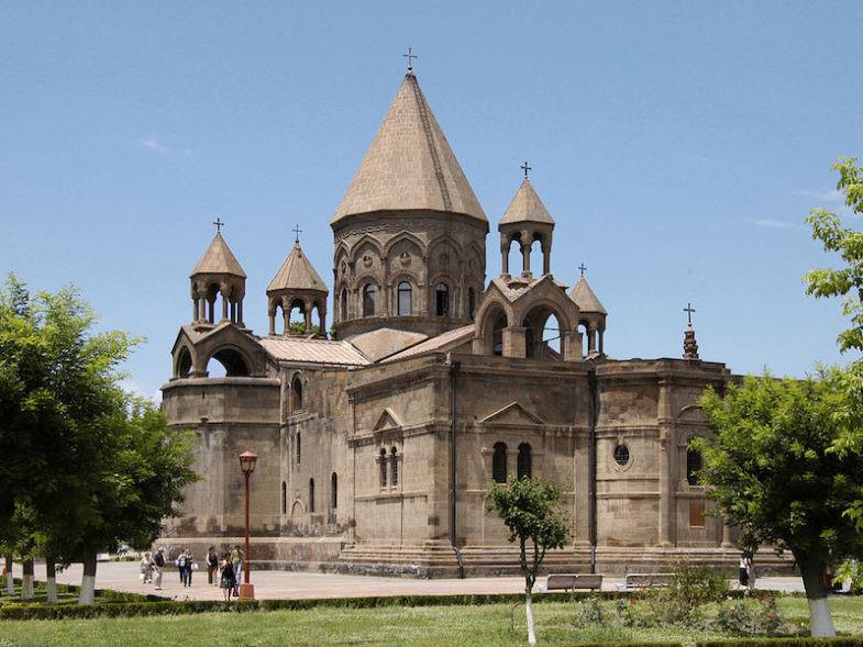 La cathédrale Sainte-Etchmiadzin, classée au patrimoine mondial de l'UNESCO, est le plus ancien édifice chrétien d'Arménie.