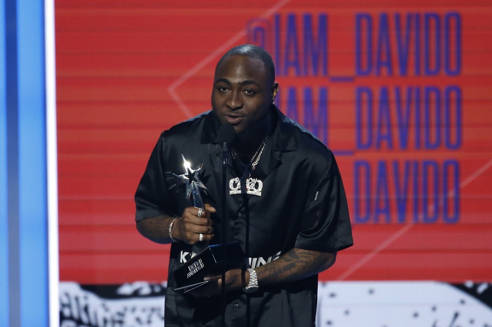 2018 BET Awards - Show  - Los Angeles, California, U.S., 24/06/2018 - Davido, from Nigeria, accepts the award for Best International Act. REUTERS/Mario Anzuoni - HP1EE6P054MOW