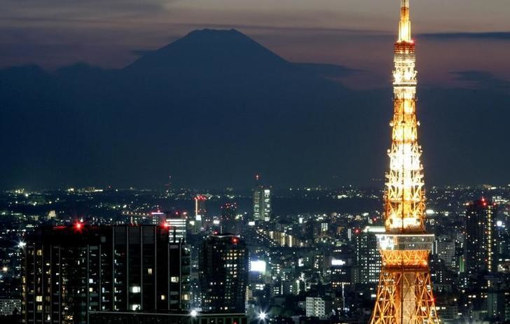 The silhouette of Japan's highest Mt. Fuji is seen beyond Tokyo Tower in Tokyo November 24, 2006.   REUTERS/Toru Hanai (JAPAN)