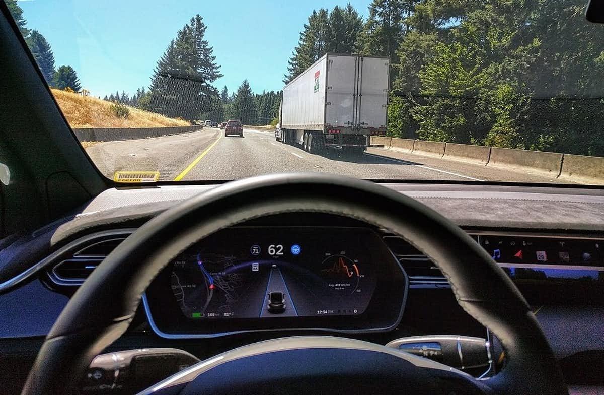 El modo de piloto automático de un modelo de Tesla controla las distancias y centra el vehículo en el carril.