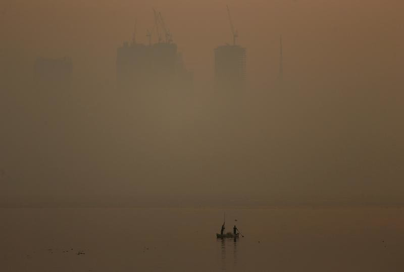 Men row a boat in the waters of the Arabian Sea on a smoggy evening in Mumbai, India, January 18, 2019. REUTERS/Francis Mascarenhas - RC1492BC28C0