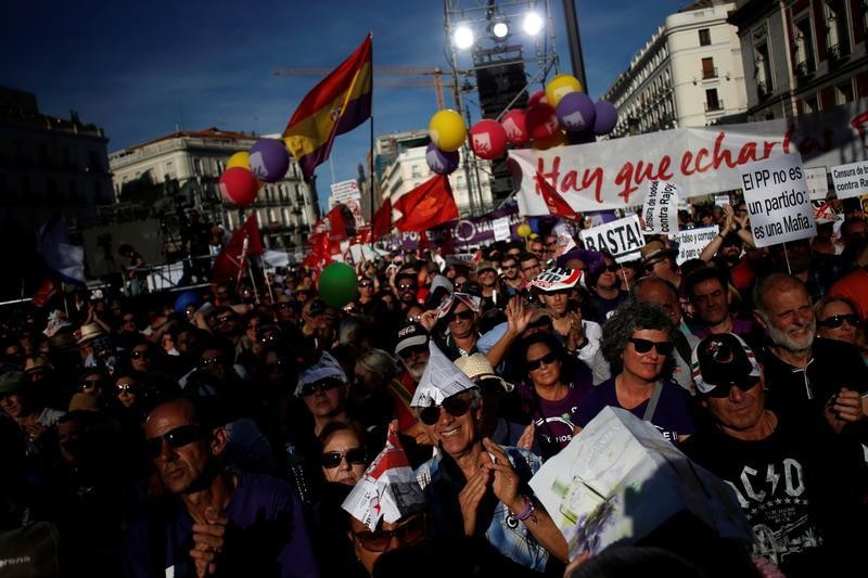 People take part in a meeting of Podemos (We Can) party at Madrid's Puerta del Sol square, Spain, May 20, 2017. REUTERS/Juan Medina - RC17C9F55B60