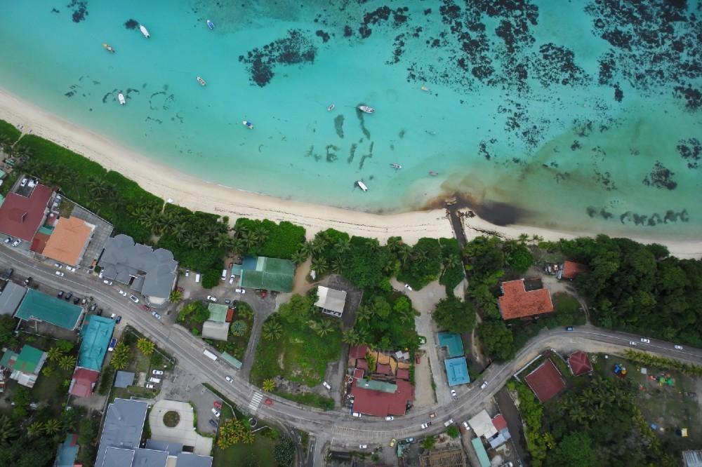 Les côtes fourmillent de vie. Les quelque 94 000 habitants de l'archipel dépendent de la mer. Le petit État insulaire ne compte que 400 hectares de terres agricoles, qui sont de plus en plus menacés par le changement climatique