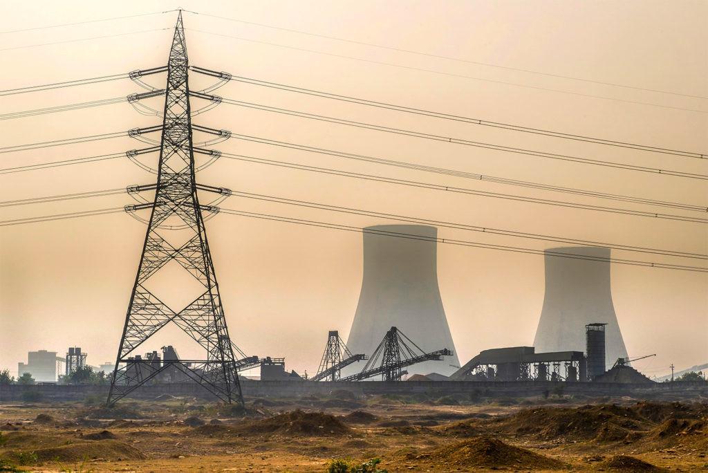 RYG0W8 Bushra, Bihar, India  Coal fired power station in Bushra near Allahabad with high voltage pole during winter smog