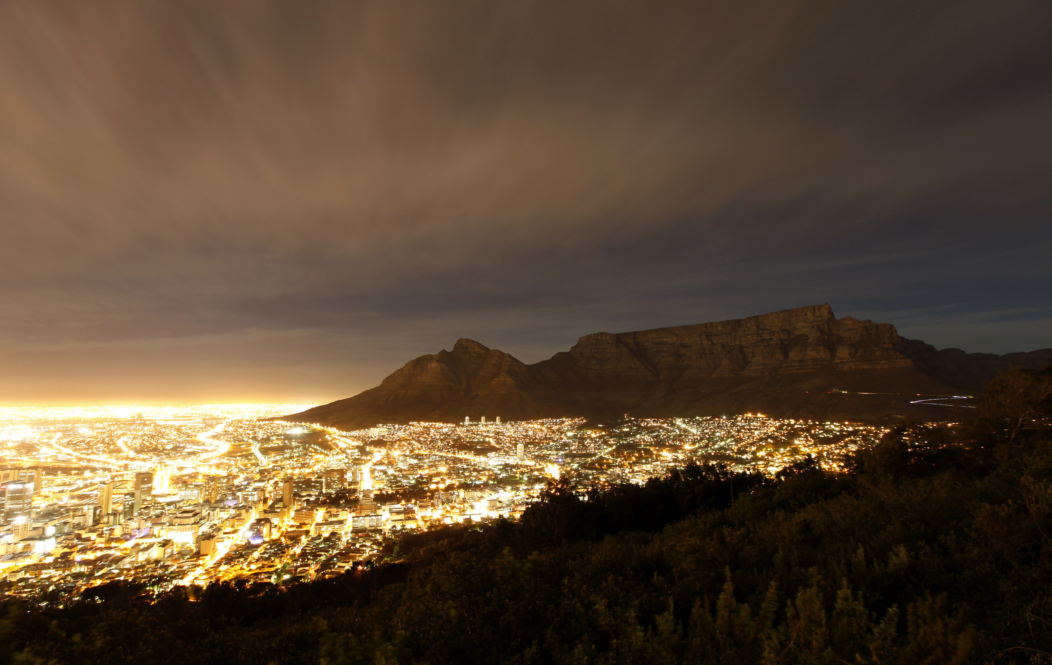 Cape Town lights up as dusk falls over the city's backdrop Table Mountain, November 2, 2009. Cape Town is one of nine South African cities hosting the 2010 Fifa Soccer World Cup.  REUTERS/Mike Hutchings (SOUTH AFRICA SPORT SOCCER IMAGES OF THE DAY) FOR BEST QUALITY IMAGE ALSO SEE: GF2EA5L0PGN01 - GM1E5B30KJ201