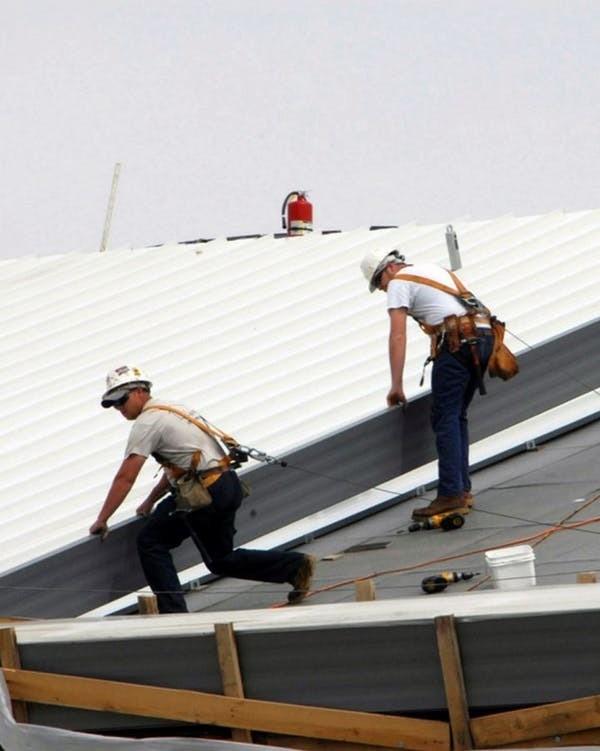 Montage d'un toit conçu pour préserver la fraîcheur.