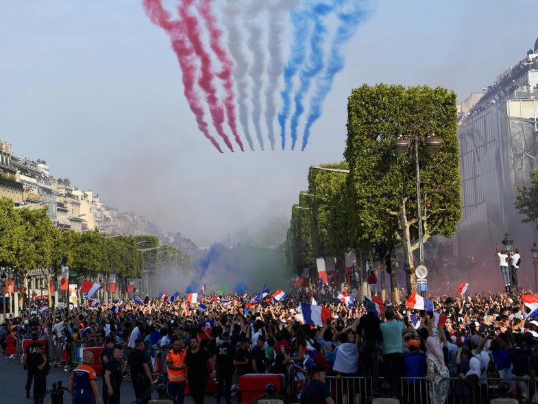 La Patrouille de France le 16 juillet 2018 sur l'avenue des Champs-Elysées pour célébrer le retour de l'équipe de France de football.