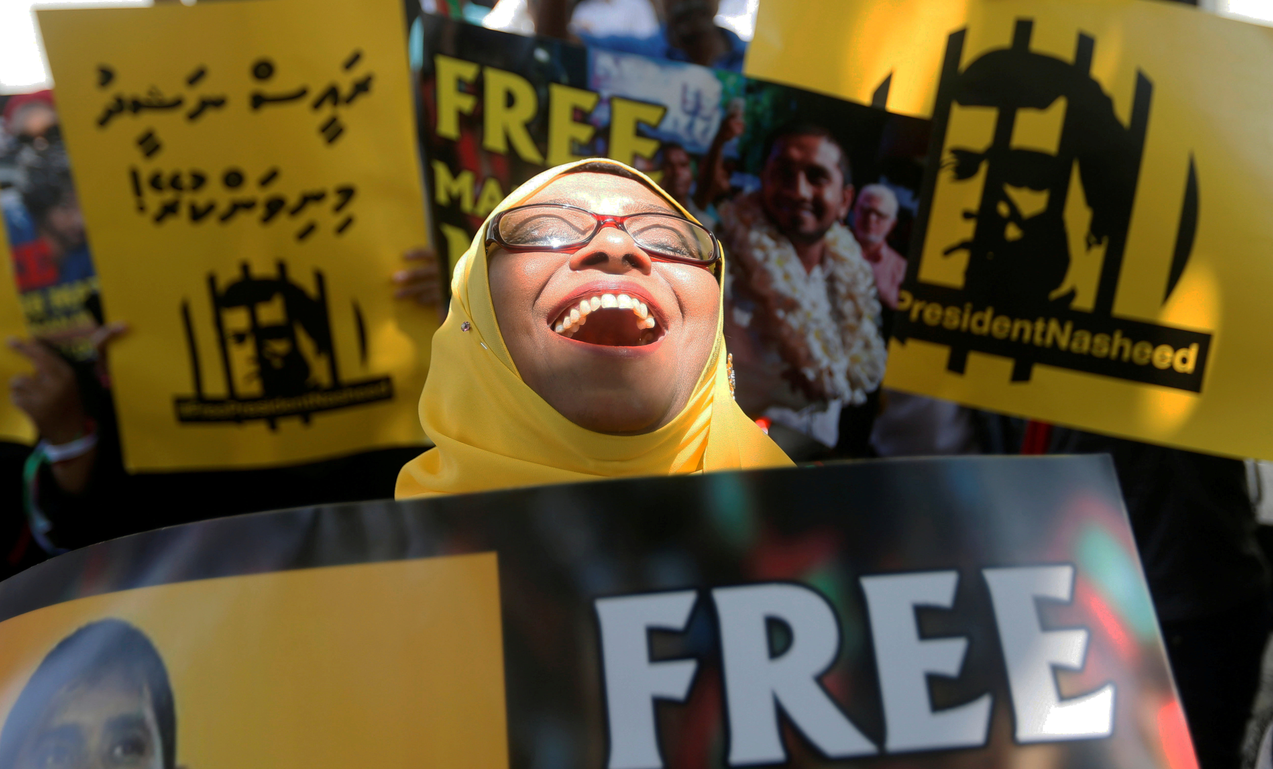 A supporter of former Maldivian president Mohamed Nasheed shouts slogans during a protest against the current president of the Maldives Abdulla Yameen, demanding the release of opposition political prisoners in front of the Maldives embassy in Colombo, Sri Lanka March 6, 2018. REUTERS/Dinuka Liyanawatte     TPX IMAGES OF THE DAY - RC130F0BC5C0